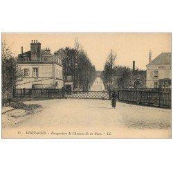carte postale ancienne 61 MORTAGNE. Passage à niveau Avenue de la Gare. Hôtel Ecurie et Remises