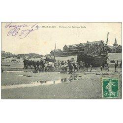 carte postale ancienne 62 BERCK. Trainage d'un Bateau de Pêche 1908