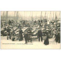 carte postale ancienne 62 BOULOGNE-SUR-MER. Arrivée du Poisson pour la Criée 1903. Métiers de la Mer