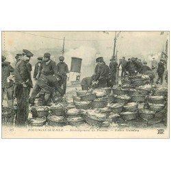 carte postale ancienne 62 BOULOGNE-SUR-MER. Déchargement du Poisson. Métiers de la Mer