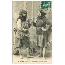 carte postale ancienne 62 CALAIS. Pêcheuses de Crevettes 1910. Métiers de la Mer