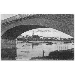carte postale ancienne 71 CHAMBILLY. Pêcheur sous le Pont 1935