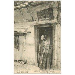 carte postale ancienne 67 ALSACE LORRAINE. Vieille Femme partant pour la Procession. Corpus Christi