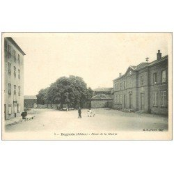 carte postale ancienne 69 BAGNOLS. Animation Place de la Mairie