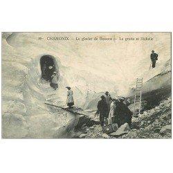carte postale ancienne 74 CHAMONIX. Grotte et échelle Glacier Bossons. Alpinisme et Ascension