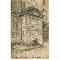 carte postale ancienne 78 VERSAILLES. Fontaine Place Saint-Louis 1903 animation