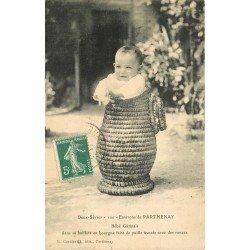 carte postale ancienne 79 PARTHENAY. Bébé Gatinais dans sa baillote en bourgne 1911