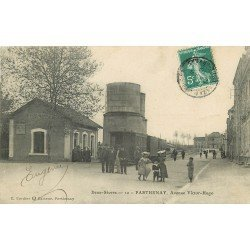 carte postale ancienne 79 PARTHENAY. Avenue Victor-Hugo Chateau d'Eau citerne et wagons d'un Train 1910