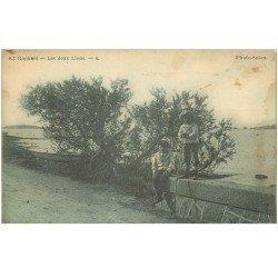 carte postale ancienne 83 SAINT-RAPHAEL. Les Deux Lions avec Gamins vers 1900