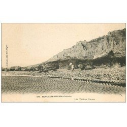 carte postale ancienne 14 HOULGATE. Les Vaches Noires Femme avec ombrelle vers 1900