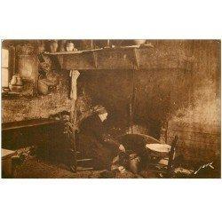 carte postale ancienne 87 LE LIMOUSIN. Les Caletous. Femme préparant la soupe à la Cheminée de la Ferme