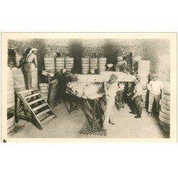 carte postale ancienne 87 LIMOGES. Enfournement. Ouvriers plaçant des objets dans cazettes puis au four avant émaillage