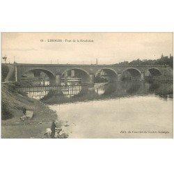 carte postale ancienne 87 LIMOGES. Lavandières Laveuses Pont de la Révolution