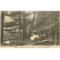 carte postale ancienne 88 BAINS LES BAINS. Elégantes sur le Pont du Parapluie 1925