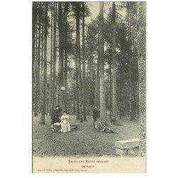 carte postale ancienne 88 BAINS LES BAINS. Le Salon dans la Forêt. Superbe animation et impeccable
