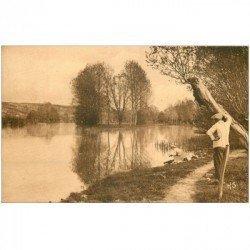 carte postale ancienne 89 BESSY SUR CURE. Couple bord de la Rivière et la Fausse Rivière 1948