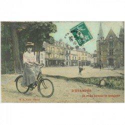 carte postale ancienne 91 ETAMPES. La Poste, un Facteur et Femme à bicyclette 1910. Carte montage
