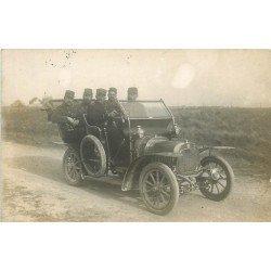 MILITAIRES. Rare groupe de Soldats en voiture décapotable 1911. Superbe Photo Carte Postale