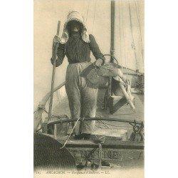 33 ARCACHON. Parqueuse d'Huîtes sur bateau de Pêche Valentine. Métiers de la Mer