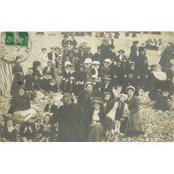 76 LE TREPORT. Groupe de vacanciers à la Plage de galets. Photo carte postale vers 1907