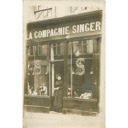 Superbe et Rare Photo carte postale d'un Magasin de la Compagnie Singer. En vitrine Poupée en porcelaine et machines à coudre