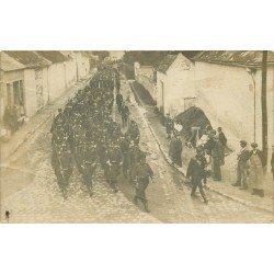 02 CAMP DE SISSONNE. Défilé Parades de Conscrits Militaires encadrés de Gendarmes. Photo carte postale 1908