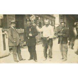 PARIS 17. Agent de Police et Ouvriers Avenue des Batignolles 1909. Photo carte postale
