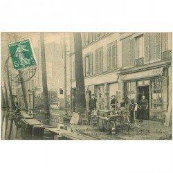 carte postale ancienne 94 ALFORVILLE. Nettoyage d'un Restaurant rue du Pont d'Ivry inondations de 1910