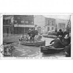 carte postale ancienne 94 ALFORVILLE. Crue 1910. Un Sauvetage avec Agent de Police Hirondelle et son vélo