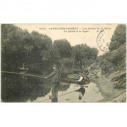 carte postale ancienne 92 LEVALLOIS PERRET. Pêche à la ligne bords de Seine 1909. Pêcheurs et Poissons
