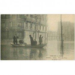 carte postale ancienne 92 CLICHY. Place des Fêtes Crue de la Seine de 1910 Pâtisserie Boulangerie et Sauveteurs en barque