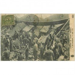 carte postale ancienne 92 BILLANCOURT. Accident de l'Usine Renault 1917 Sauveteurs, Pompiers et Militaires