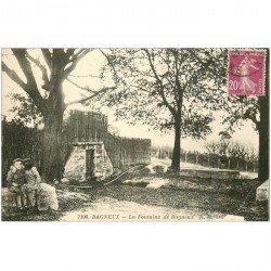 carte postale ancienne 92 BAGNEUX. Fontaine de Bagneux avec Enfants. Pli coin droit (invisible)...