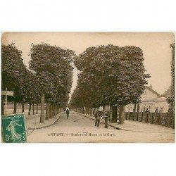 carte postale ancienne 92 ANTONY. Facteur Boulevard Muret et la Gare