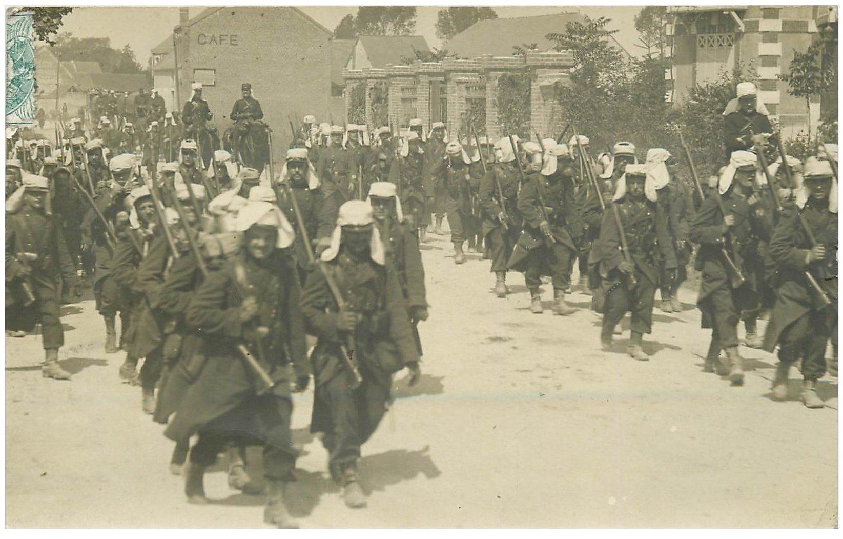 carte postale ancienne 02 SISSONNE. Carte Photo. La Marche de la Légion Etrangère 1905