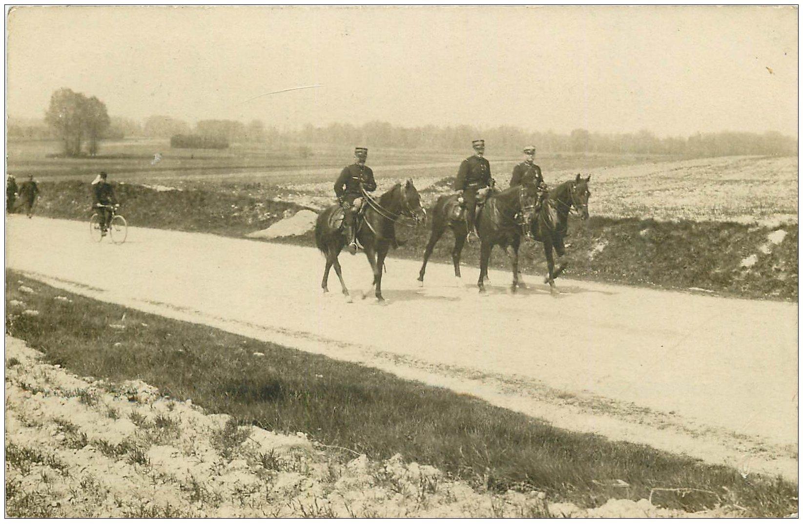 carte postale ancienne 02 SISSONNE. Carte Photo. Officiers Cavaliers de la Légion Etrangère 1906