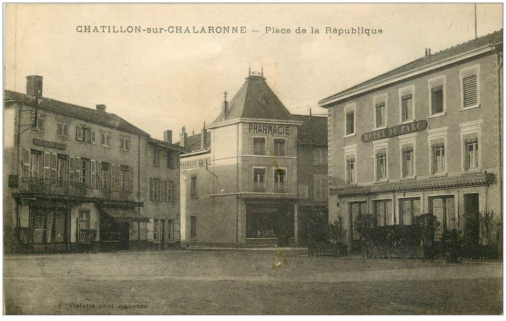 carte postale ancienne 01 Châtillon-sur-Chalaronne. Place de la République 1918. Pharmacie et Hôtel du Parc