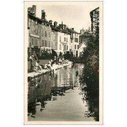 carte postale ancienne 15 AURILLAC. Lavandières sur le Cana. Carte Photo 1950