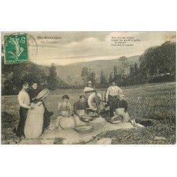 carte postale ancienne 15 AURILLAC. Les Vanneurs 1911. Vieux Métiers Paysans et Cultivateurs