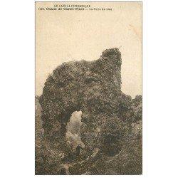carte postale ancienne 15 Chaos de CASTEL-TINET. La Porte du Lion avec gamin