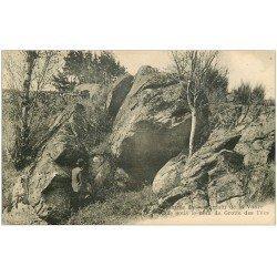 carte postale ancienne 63 AMBERT. Entrée du Souterrain de la Vaure Grotte des Fées animation