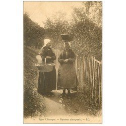 carte postale ancienne 63 AUVERGNE. Paysannes Auvergnates vers 1904
