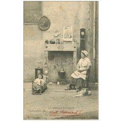 carte postale ancienne 63 AUVERGNE. Un intérieur: Cheminée, Bébé dans berceau, pendule et Chien
