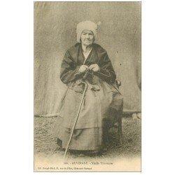 carte postale ancienne 63 AUVERGNE. Vieille Tricoteuse 1903
