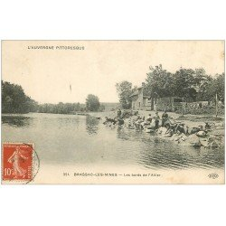 carte postale ancienne 63 BRASSAC-LES-MINES. Lavandières bords de l'Allier