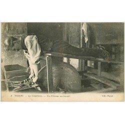 carte postale ancienne 63 THIERS. Un Polisseur au travail station allongé. Vieux Métiers