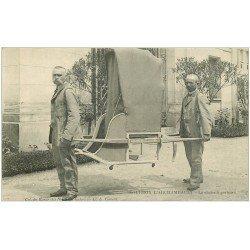 carte postale ancienne 03 BOURBON L'ARCHAMBAULT. La chaise à Porteurs. Vieux métiers. Col. du Bazar