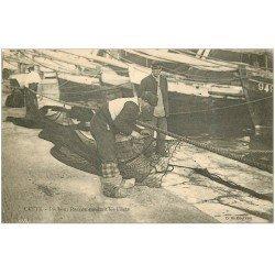 carte postale ancienne 34 SETE CETTE. Pêcheur raccommodant les Filets de Pêche