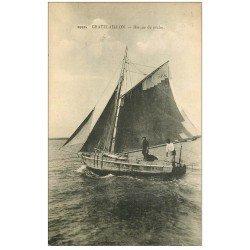 carte postale ancienne 17 CHATELAILLON. Barque de pêche. Métiers de la Mer vers 1920