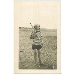 carte postale ancienne 17 CHATELAILLON. Pêcheuse de crevettes 1916. Carte Photo